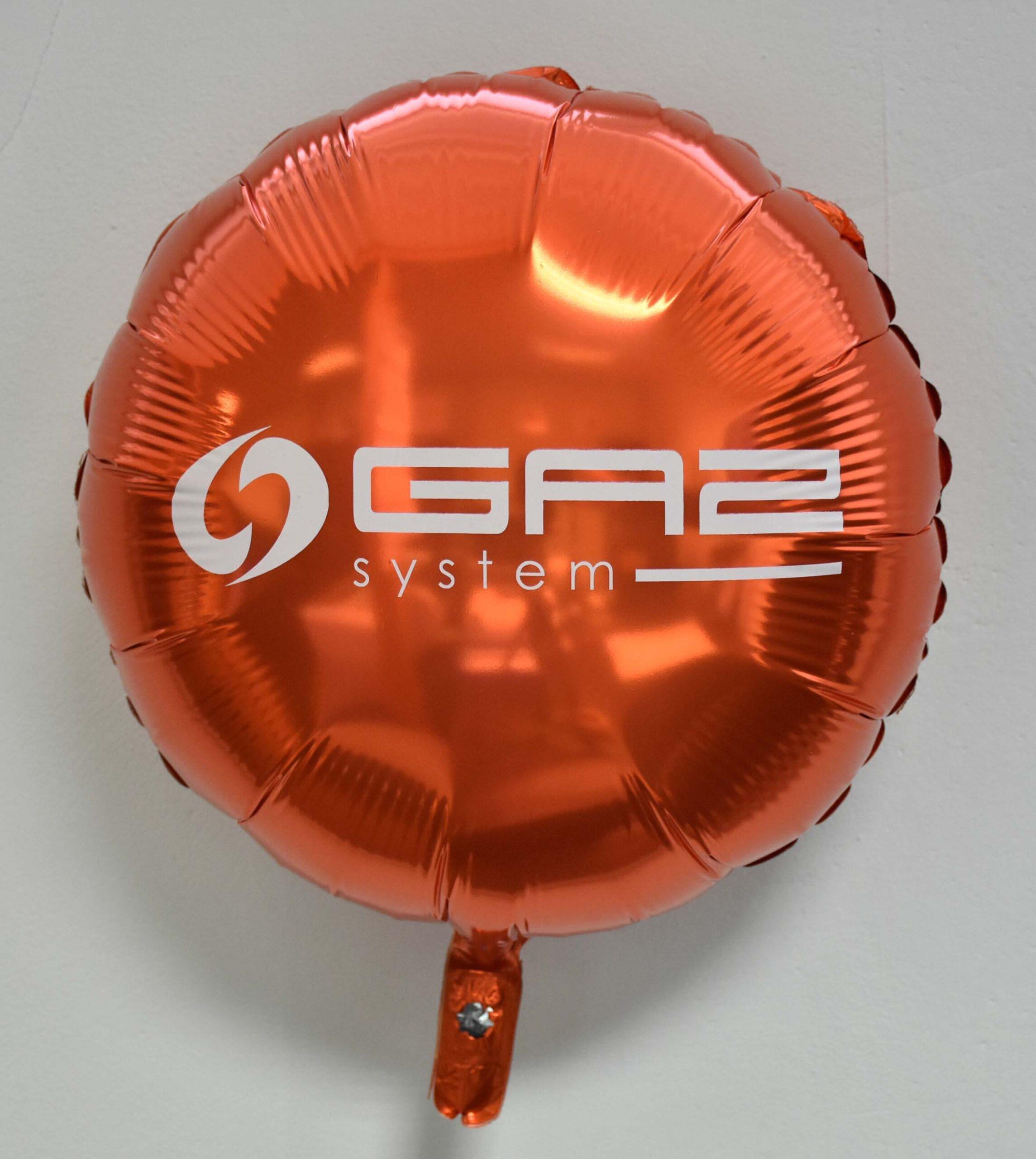 pomarańczowy balon foliowy z białym logo Gaz-System